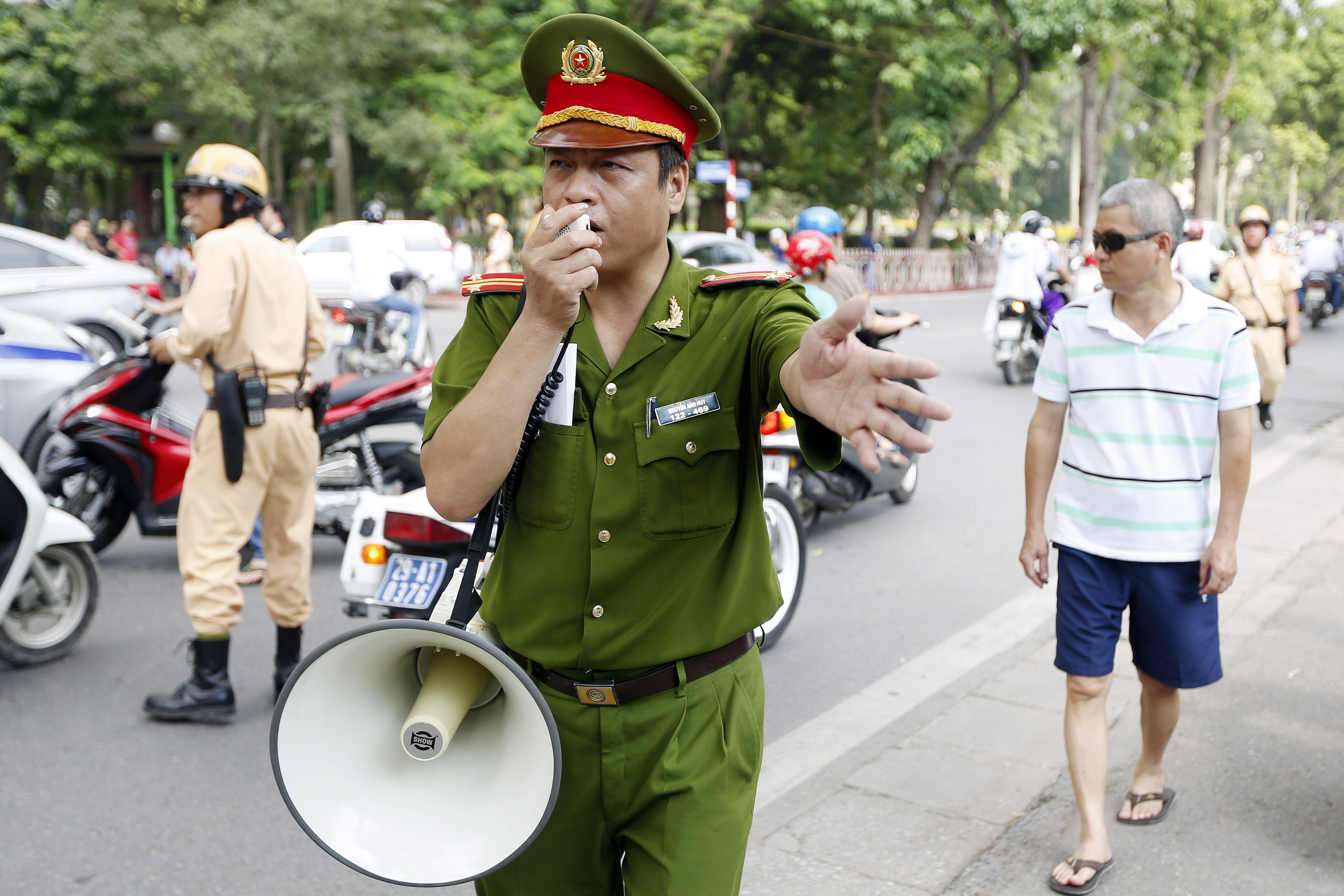 epa04211785 Policemen try to disperse people protesting near the Embassy of China, in Hanoi, Vietnam, 18 May 2014. Vietnam accused Chinese boats of repeatedly ramming Vietnamese vessels near disputed waters in the South China Sea where China has placed an oil drilling platform near the Paracel Islands. The dispute over the oil rig shows no sign of abating. Vietnam said China has increased the number of vessels at the area to 130 vessels, including four navy ships. EPA/LUONG THAI LINH