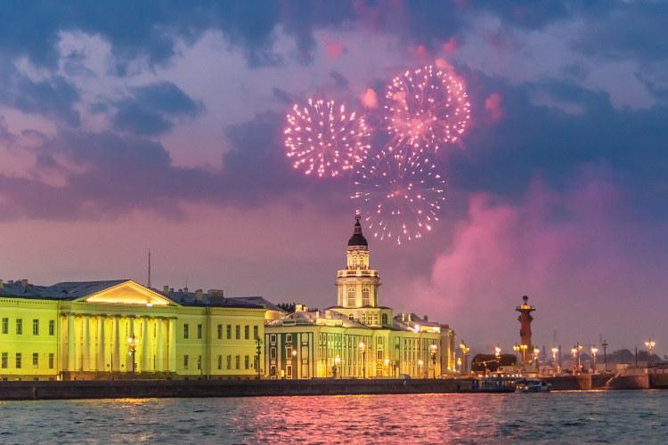 White-Nights-fireworks-St-Petersburg_cs